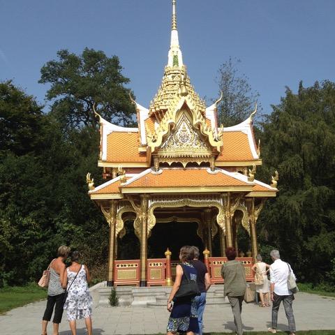 Arrêt lors du retour pour admirer le pavillon royal thaïlandais donné à la ville de Lausanne en 2009 par le roi de Thaïlande Bhumibol